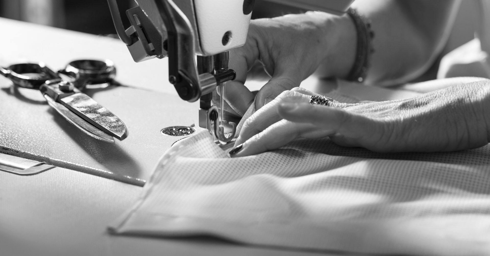 Sarta che cuce a macchina nel laboratorio della Camiceria Smeralda di Camerano Ancona