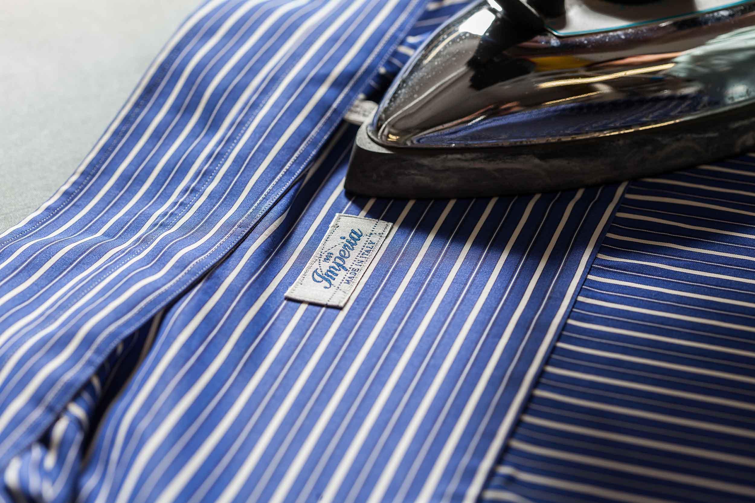 Stiratura camicia da uomo con ferro da stiro Camiceria Smeralda Ancona