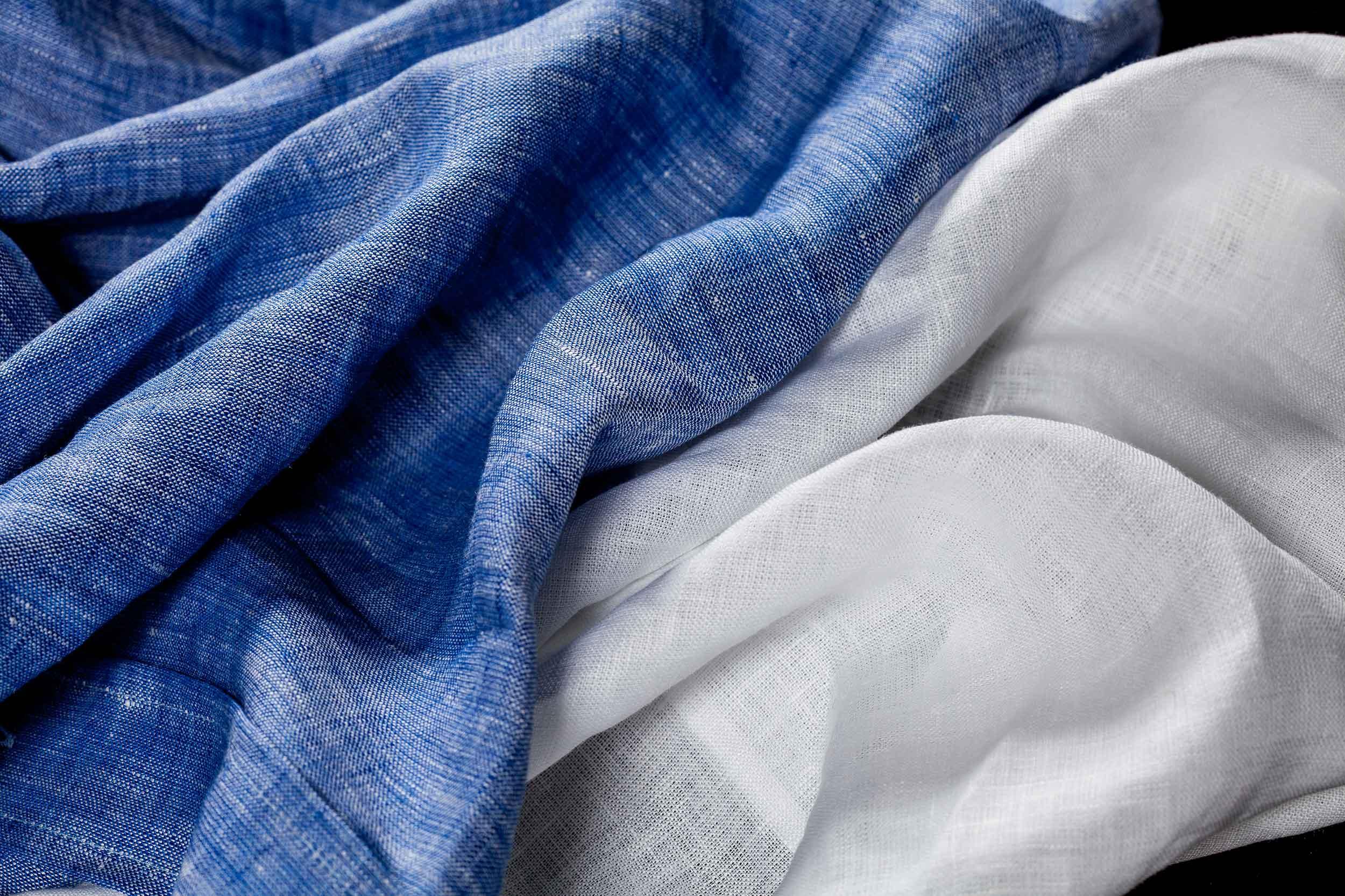 Tessuti per camicie di lino bianco e azzurro