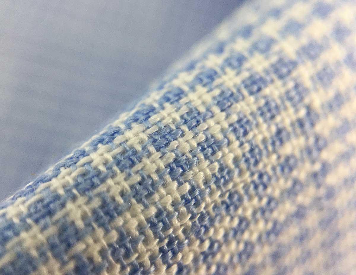Texture camicia lino azzurra quadretti