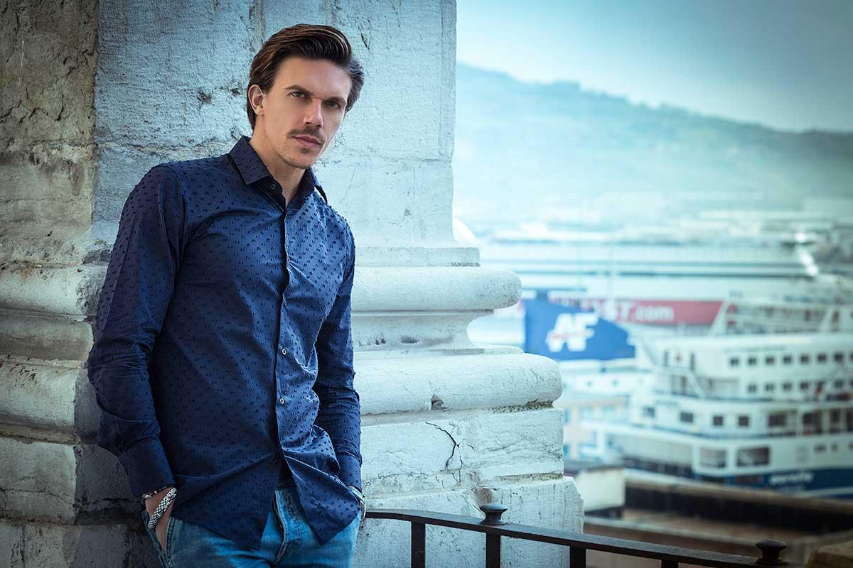camicia blu fantasia e dettagli shooting Ancona