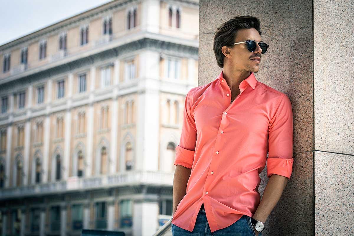 camicia rosa cotone uomo con risvolti indossata da un modello ad Ancona