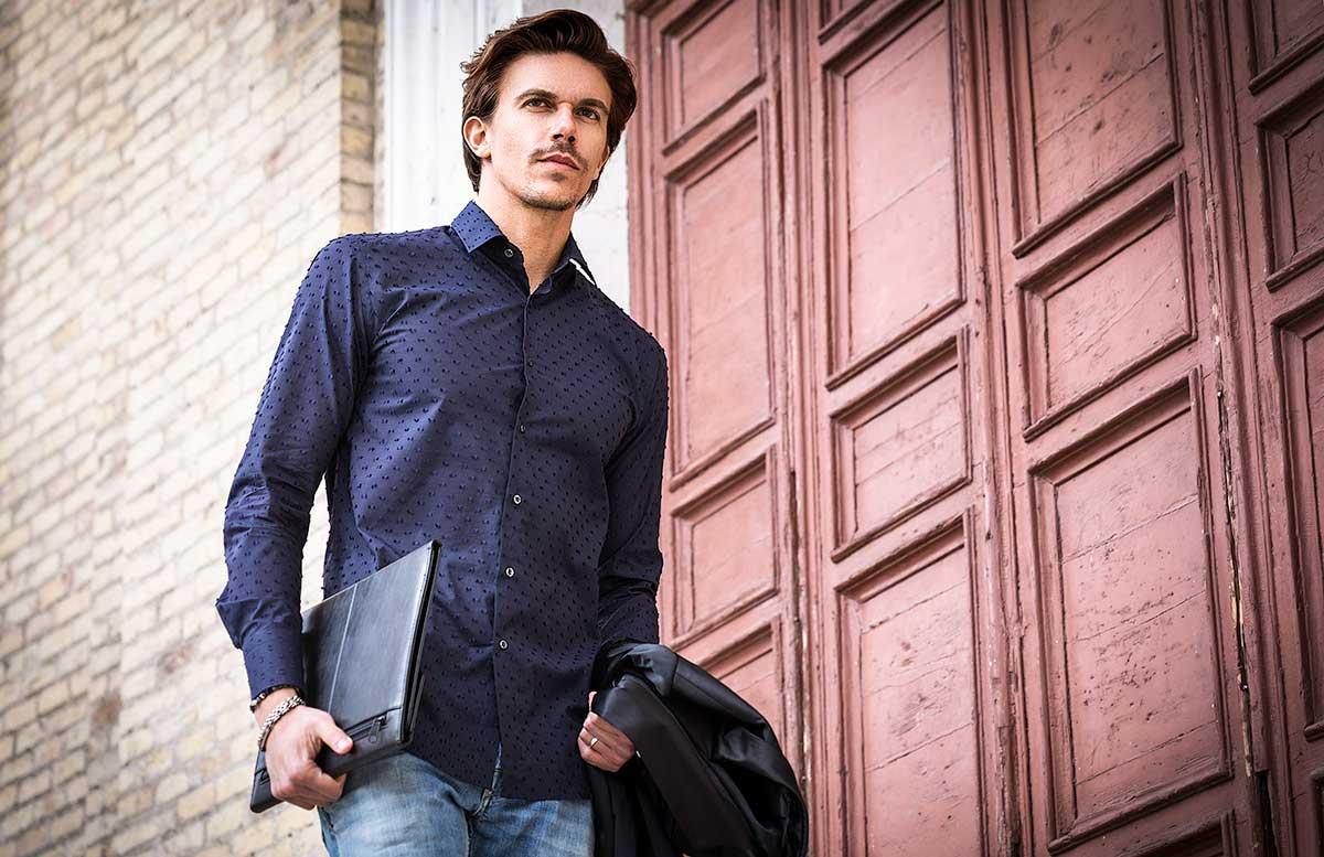 camicia uomo blu operata con fantasia shooting fotografico Ancona
