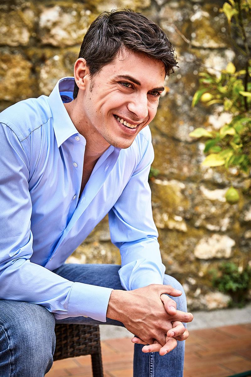 Camicia di Smeralda azzurra indossata da un modello a Camerano Made in Italy