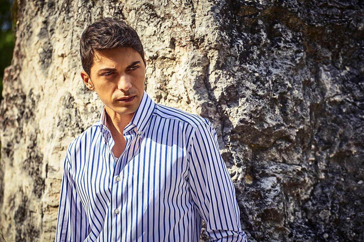 Camicia a righe bianca e azzurra indossata da un modello per Shooting Ancona Portonovo
