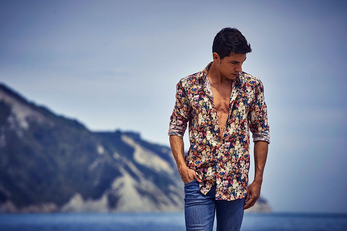 Camicia da uomo a fiori indossata aperta al mare Portonovo Ancona