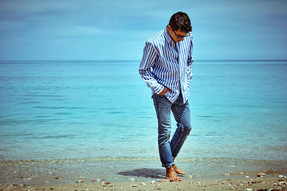 Camicia a Rigoni da uomo indossata al mare di Ancona, Portonovo