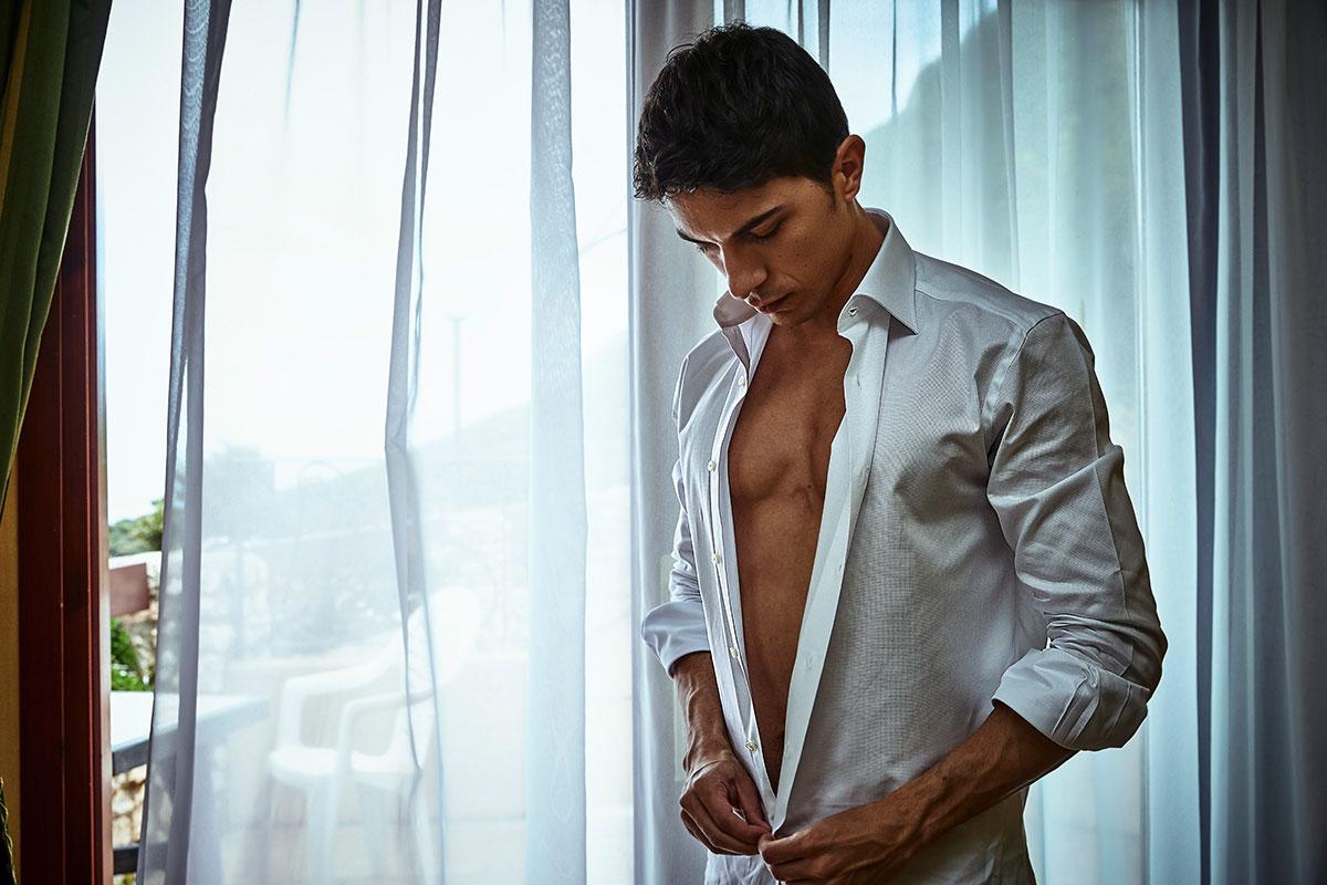 Camicia bianca aperta indossata da un uomo